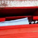 Unten: Auftrags-Tüte+Kugelschreiber  Oben: Entwurf mit Entnahmesperre nach Schliessen der Klappe