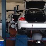 Spannungserhaltung und Ausrichtung des Fahrzeuges auf der nivelierten Hebebühne